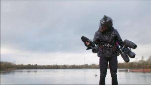 Uutisvideot: Brittimies ylitti järven omatekoisessa lentopuvussa