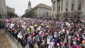 Naisten marssille odotetaan satoja tuhansia osallistujia Trumpin virkakauden yksivuotispäivänä