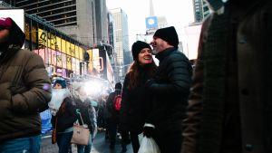 Odottava tunnelma New Yorkissa ennen kuuluisaa kristallipallon alaslaskemista. Ihmiset värjöttelevät kylmässä säässä.
