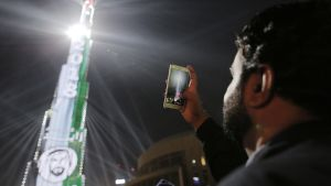 mies ottaa kuvaa Burj Khalifa -tornista