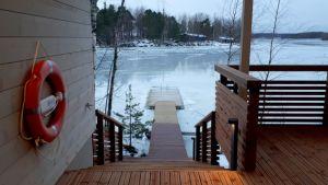 Eksoten saunasta portaat vie pitkälle laiturille