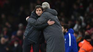 Antonio Conte ja Arsene Wenger halasivat ottelun jälkeen.