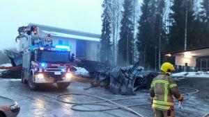 Pelastuslaitos sammuttaa tuhopoltettua pyörävarastoa Lappeenrannan Skinnarilassa.