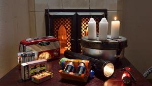 Puulämmitys, kuivia puita, tulitikkuja, myrskylyhty, kynttilöitä, retkikeitin, taskulamppuja, varaparistoja, patteritoiminen radio, paketti jonka avulla selviää sähkökatkon aikana.