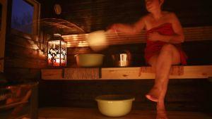 nainen saunoo