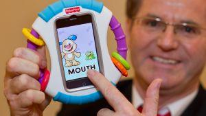 Leiki tällä. Yhdysvaltalainen leluvalmistaja Mattel esitteli vuonna 2012 iPhonelle tarkoitetun suojuksen, jonka avulla pikkulapset voivat käyttää helposti särkyvää puhelinta.