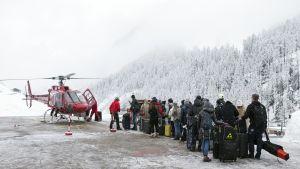 Turistit odottavat pääsyä evakuointihelikopteriin Sveitsin Zermattissa.