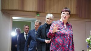 Presidenttiehdokkaat Merja Kyllönen, Laura Huhtasaari, Sauli Niinistö, Pekka Haavisto ja Nils Torvalds saapumassa Ehdokkaat esiin -presidentinvaalitenttiin Madetojan saliin Oulussa.