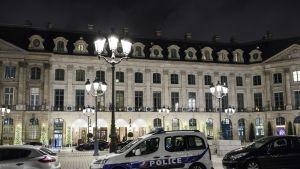 Hotelli yövalaistuksessa, edessä poliisiauto