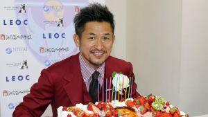 Kazuyoshi Miura poseeraa syntymäpäiväkakun kanssa.