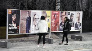 Presidentinvaalien katumainoksia Helsingin Siltamäessä.