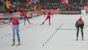 Kaisa Mäkäräinen voittaa Laura Dahlmeierin.