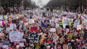 Sadattuhannet osallistuivat Naisten marssille Washingtonissa vuosi sitten Trumpin virkaanastujaisten jälkeen.