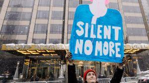 Mielenosoittaja Trump Towerin edessä New Yorkissa.