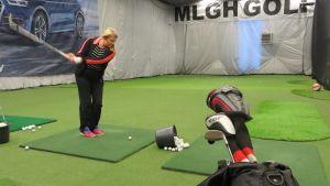 Suvi Huhta harjoittelee golfhallissa