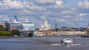 Helsinki nähtynä mereltä kauniina kesäpäivänä.