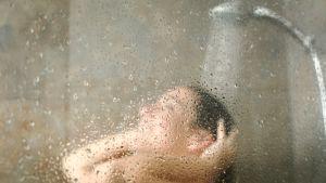 Nainen suihkussa.