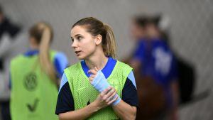 Naisten jalkapallomaajoukkueen Tuija Hyyrynen harjoituskentällä.