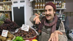 Matti Bohm löysi sitruunoita smoothieensa Hakaniemen torin Lasihallista.