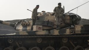 Turkkilaisia sotilaita ajoneuvoineen Syyrian rajalla.