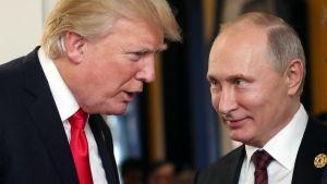 Presidentti Donald Trump ja presidentti Vladimir Putin tapasivat Vietnamissa Apecin kokouksessa lokakuussa.