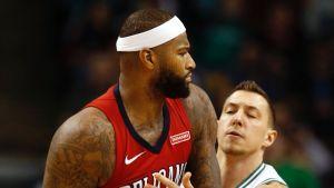 DeMarcus Cousins pitää palloa, Boston Celtics Daniel Theis yrittää estellä.