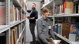 Kirjaston harjoittelijat hoitavat varastokirjoja