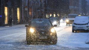 auto lumisateessa
