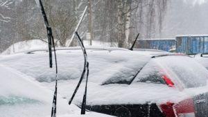 Auton pyyhkimiä jäisellä säällä.