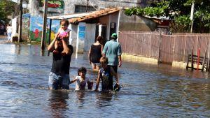 Asukkaita evakuoitumassa tulvan alta Paraguayn pääkaupungissa.