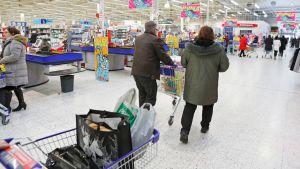 Ostoskärryjä Joensuun Citymarketissa.