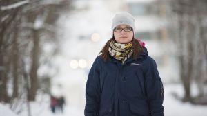 Kuopiolainen Riikka Kaisamatti seisoo kadulla Kuopion Niiralan kaupunginosassa.