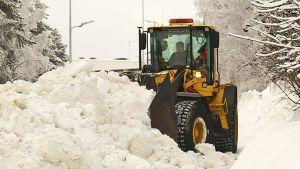 Pyöräkuormaaja lumitöissä Rovaniemellä