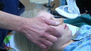 lapsi nukutetaan leikkaussalissa