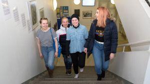 Kuopion Lyseon opiskelijoita koulun portaikossa.