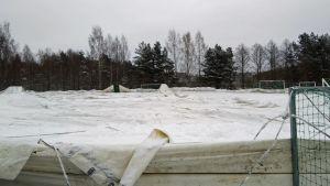 Ahvenisjärven halli romahtaneena