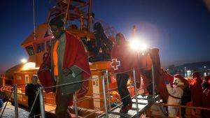 Siirtolaisia poistumassa laivasta.