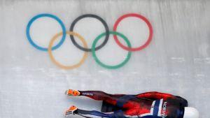 Kelkkailija Alexander Henning Hanssen Pyeongchangin olympialaisten radalla.