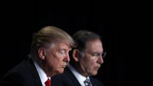 Presidentti Donald Trump ja republikaanisenaattori John Boozman painoivat päänsä rukoukseen.