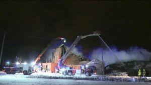 Tilkastentie ja Kyröntien risteyksessä paloi noin 2 000 neliöinen maatilarakennus, joka tuhoutui palossa pahoin.