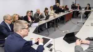 Kunta-alan työehtosopimusneuvotteluja jatkettiin Kuntatyönantajien työmarkkinajohtaja Markku Jalosen (edessä selin) ja julkisalan koulutettujen neuvottelujärjestön Jukon puheenjohtajan, OAJ:n puheenjohtajan Olli Luukkaisen johdolla Helsingissä 6. helmikuuta 2018.