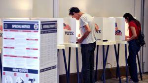 Äänestäjiä äänestyspaikalla Los Angelesissa, Kaliforniassa 8. marraskuuta 2016.