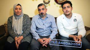 Al-Khafajit käännytettiin Suomesta Irakiin marraskuussa. Perheen äiti Senaa, isä Adnan ja vanhin poika Ali. Nuorempi poika Abdullah oli kuvauspäivänä sairas, eikä halunnut nähdä toimittajia.