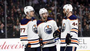 Edmontonin Oscar Klefblom, Iiro Pakarinen ja Zach Kassian keskustelevat.