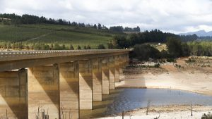 Vesi on melkein kuivunut pois  Theewaterskloofin padolla.