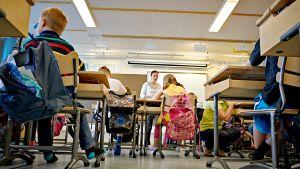 Oppilaita koululuokassa.