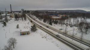 Kuopion Savilahdentiellä liikkuu nykyisin yli 20 000 ajoneuvoa vuorokaudessa.