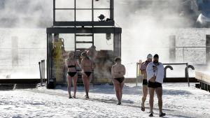 Uimareita Allas Sea Pool merivesialtaalla Helsingissä.