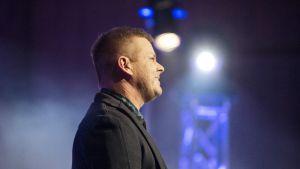 Jari Sillanpää  konserttikiertueellaan Oulun Madetojan salissa.