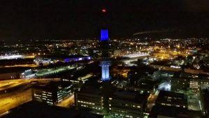 Ylen linkkitorni valaistuna Viron lipun värein.